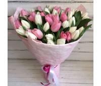 Букет с разноцветными тюльпанами