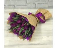 С фиолетовыми тюльпанами